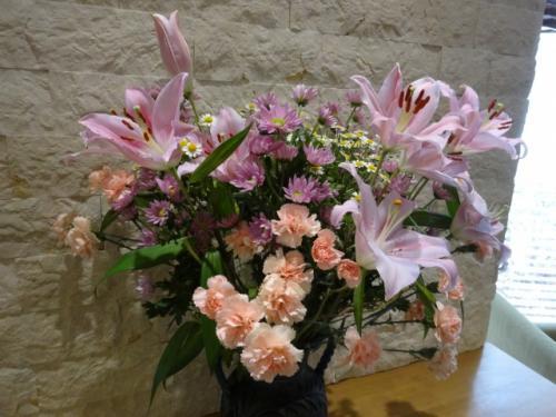 ウエルカムドリンクのコーナーに飾られているお花<br />ウエルカムドリンクは14:00~18:00 7:00~10:00<br />花梨ジュース、コーヒー、ファミレスにあるようなカフェラテや、ココア、などが飲めるセルフサービスのマシンが置いてあります。