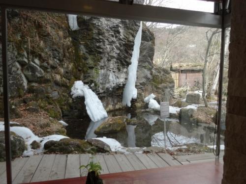 ラウンジ「やまのね」から見える滝。暖かくなり凍っていた滝が融けてしまっていました。<br />2月に行けば素晴らしい氷瀑が観られたでしょう。