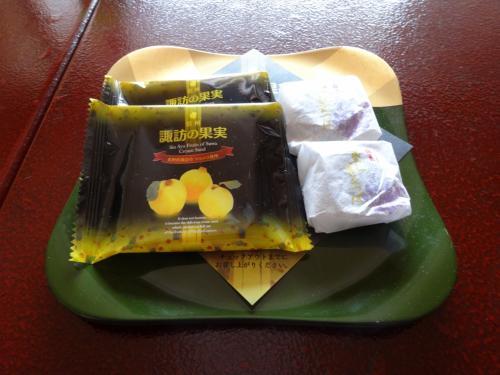 お茶菓子<br />左「諏訪の果実」マルメロ(西洋かりん)のクリームを挟んだクッキー<br />右 紫芋きんつば