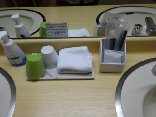 コップ、ハンドタオル、歯ブラシ、ヘアブラシ、櫛、シャワーキャップ