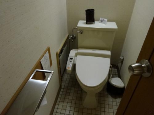 トイレ 消臭のための炭が置かれています。