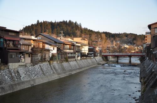 高山到着後観光案内所で頂いた「散策マップ」とおすすめグルメチラシを持って散策開始。<br />夕暮れの「宮川」の風景<br />*どこか「松本」に似ています。