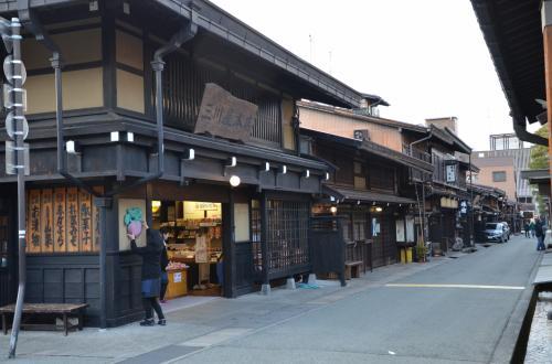 古い町並通りに有ります木造の店並び。<br />*まるで時代劇に使えそうです!