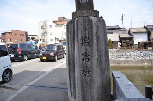 「白川郷ツアー」から帰って来て、ツアーガイドお薦めの「高山ラーメンちとせ」で<br />ラーメンセットを食し「国分寺通り」を散策。<br />*鍛冶橋に石柱をパチリ。