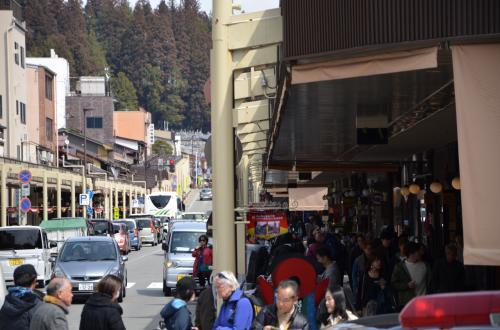 「安川通り」の人混み<br />*流石高山ですね、日本人・外国人入り混じり観光していました。<br /> 他の街並みの写真は観光客が写らないように考慮し撮影しています。