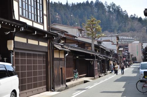 「屋台会館」に向かうため「古い町並み」道を歩きますが、観光客が段々少なくなって来ます。