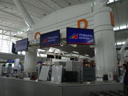 福岡空港国際線に13時に到着してチェックインカウンターに並びました。<br />15時20分発のマニラ行きに乗ります。