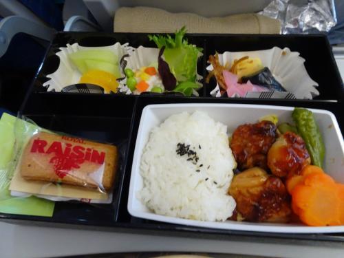 フィリピン航空の機内食です。美味しく頂きました(*^_^*)<br />4時間程でマニラに到着です。