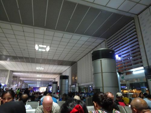 フィリピン航空からフィリピン航空の乗継で第2ターミナルに到着してまた第2ターミナルからの出発でした。<br />人も多くて乗継時間が約5時間もあり長いです(>_<)
