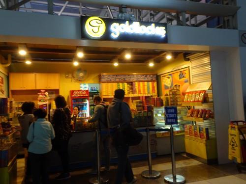 時間を潰そうと思ったけど第2ターミナルは小さな売店がいくつかとちょっとした免税店だけでした(-_-;)