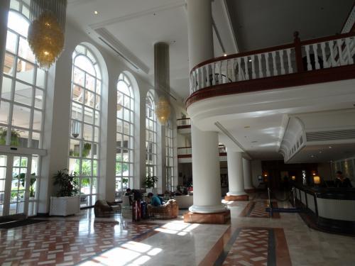 ホテルチェックインは14時以降とのことでスーツケースを預けて、予約していたポケットWi-Fiモデムをレンタルしにホテルから歩いて5分程のHISへ出かけました。
