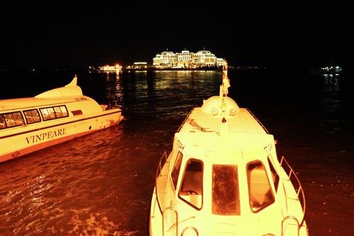 バイチャイの対岸ホテル乗船場所からボートに乗ってゆきます。