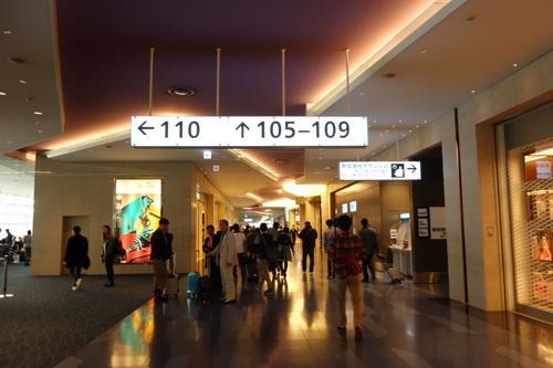 羽田空港国際線ターミナル2、右側にANAのラウンジがあります。