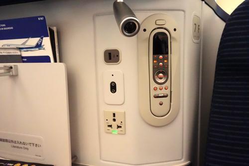 シートのそばには、取り外しができるコントローラー、コンセント、イヤホーンジャック、USB端子などが取り付けられています。最近の機材は、エコノミークラスでもこの程度は装備されていますね。