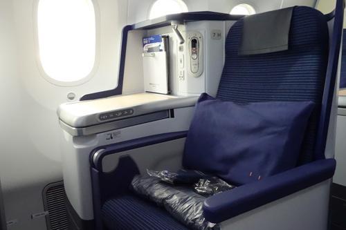 ビジネスクラスの座席です。窓側は1列、中央が2列ですが、中央に仕切りがあって、妻との会話はし辛いですね。フラットになるシートは、長距離移動には最適ですが、6時間程度は、利用することはありませんでした。