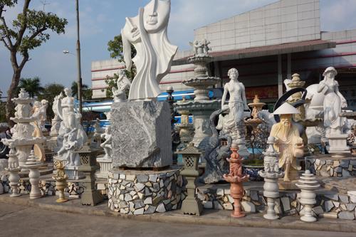 ドライブインには、大理石の置物が置いてありました。北ベトナム地区は、大理石の産地らしく、これから至るところでこの光景を目にすることになります。
