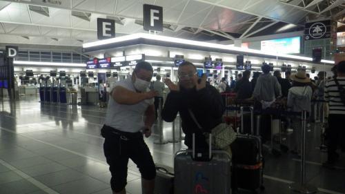タイ航空で出発! 事前にウエブチェックインしていましたので、長い列に並ぶことなく手続き完了です。