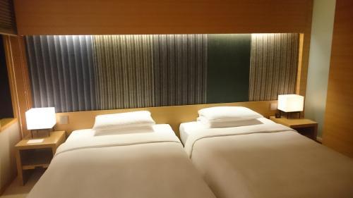 シモンズ製のベッドは寝心地抜群。ベッドボードは着物の古布を使用していてお洒落。