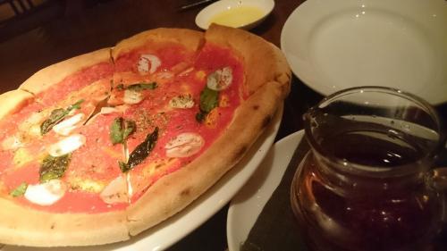 パスタが濃厚なので、ピザはマルゲリータでシンプルに。手前のチリオイルがまたいいアクセント。