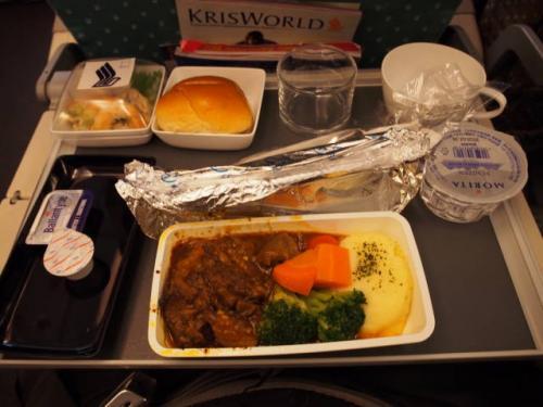 旦那の機内食(ビーフ)。<br />味は良かったらしいのですが、この後保存料が悪さをしたのか、お腹の調子がイマイチだったそうです。