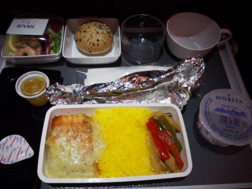 私が事前予約したヒンドゥーミール(※ヒンドゥー教じゃありませんが)。<br />シンガポール航空は様々な機内食が選択可能でおもしろいです。<br /><br />こちらはサーモンがメインでした。とてもおいしかったです。