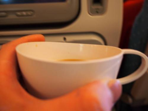関空→シンガポールまでの路線では、提供されるカップの口部分が、飲みやすいように少しくぼんだ設計になっているようです。<br />他の路線は普通にシンプル&平らなカップでした。