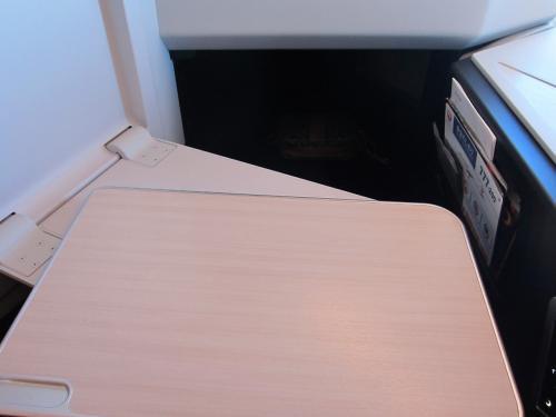 [スカイスイートⅢ(SS2)]<br /><br />テーブルは可動式でやや小さめ。