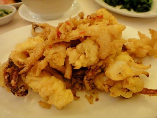 """日本風にいえば""""イカ天麩羅""""、海鮮飯店ではお約束のメニューですがこんな高級店で出されるものは・・・・さすがにしっかりと下味を加えて料理らしくなっています(こんなものは揚げただけで充分、小細工は不用! という気持ちもありますが)。"""