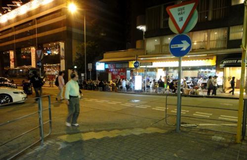 ホテル並びのこの店、夜は歩道に広げられたテーブルの上の料理を眺めながらすり抜けて通っていました(この店も今は無く)。