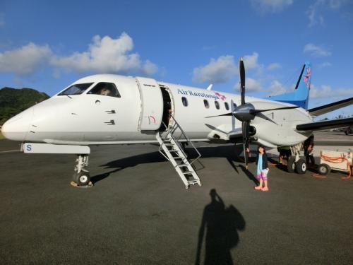 ラロトンガ空港から手荷物検査も無しでご搭乗(笑)プロペラ触れます♪