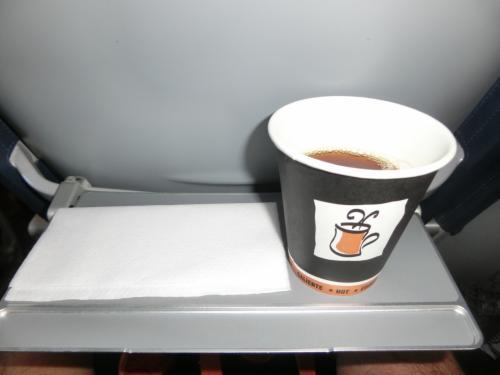 機内サービス一応あり(笑)薄いコーヒーとミネラルウォーターのみ無料♪
