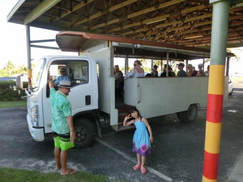 まずはこのトラックバスで島内観光!!