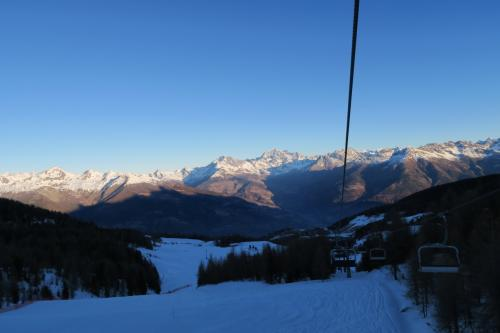 振り返ってみると背後の山に綺麗に雪線がついています。