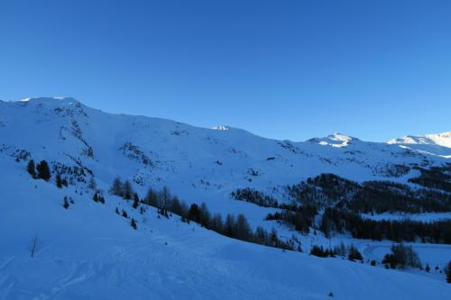 スキー場中央部の山の様子、右方向へ!