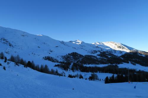 スキー場中央部の山の様子さらに右へ!
