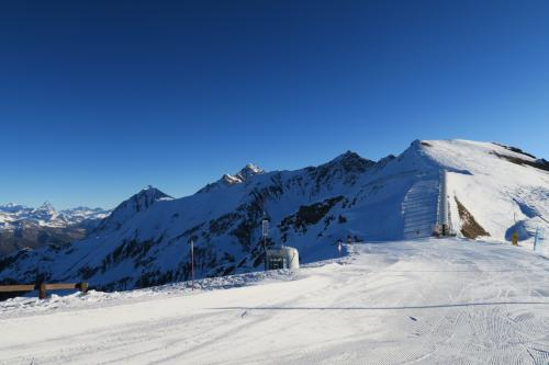 正面にはスノーカーペットがあり、そこからスキー場トップ2,740m地点へアクセス。