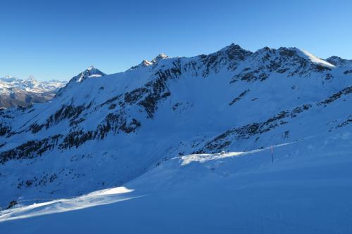 ここは、Piatta de Grevon コースで黒色の上級コースとなっていましたが、日本のスキー場のスキー場でもこれぐらは結構あります。 というか横が広いから怖さがない。 途中から右手に行き、オフピステを楽しみました。