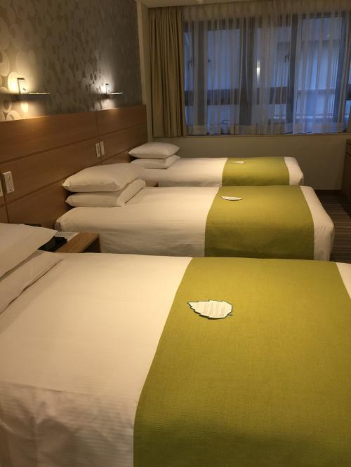 仁川国際空港からタクシーで明洞のホテルにチェックイン<br /><br />予約したホテルはナインツリーホテル<br /><br />今回は立地が良い事、トリプルの部屋であることをポイントにしました。<br /><br />3人分平等にベッドが並んでます。