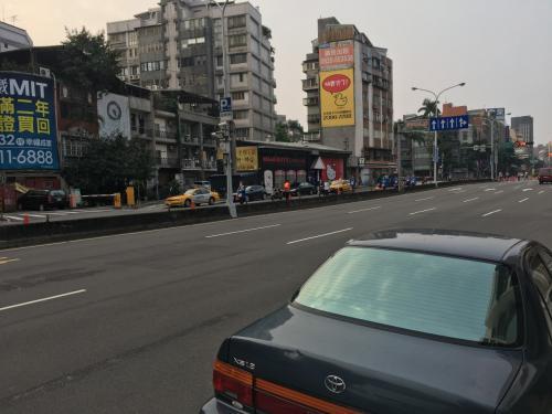日曜日の朝は車は少なめ。<br />雰囲気は違えど日本も都心の朝は静かですもんね。
