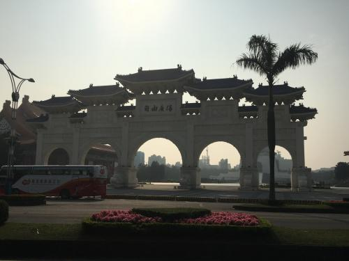 初めて1人で台湾来た時に見て感動した中正紀念堂の自由廣場前を通過。