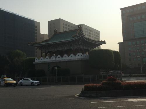 ちょっと北に向かった所に大きなサークルが。<br />真ん中には昔の建物っぽい物があってオシャレだな~と思っていただけでしたが、後に調べたら台北府城東門と言う昔台北城があった時の 門の1つで国の第1級の古跡だそうです。<br />