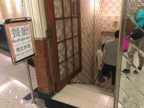 ホテルに戻ったら朝ごはんに出掛けようと思いますが、なんとこのホテル朝食付き。<br />ひとまずシャワーを浴びて身支度整えたらチェックアウトして荷物を預かってもらいます。<br />朝ごはんは当然外で食べますが、せっかくなんで偵察。<br />ホテルの地下1階が朝食会場になっています。