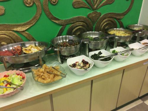 朝食はビュッフェ形式の物で、台湾の朝食的な物とトースト、サラダ、ドリンクと言った物。