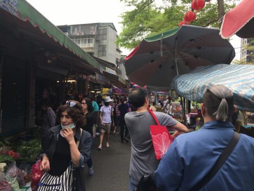 ホテルから歩いて朝ごはんのお店に向かいます。<br />途中朝市で賑わってるなぁ~位しか考えていませんでしたが、雙連朝市でした。<br />台湾の朝市ってあまり見た事ないですけど、夜市と違った雰囲気ありますね~。
