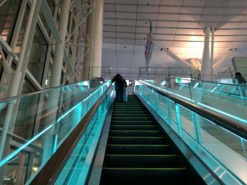 羽田空港に到着。<br />国内線ターミナルから国際線ターミナルに移動します。<br />このエスカレーターを見ると、<br />「これから海外に行くんだなあ」と<br />わくわくします。