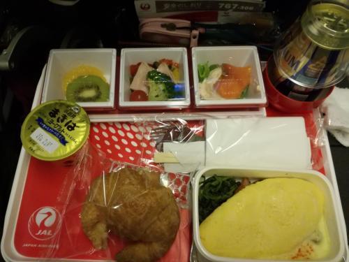 おはようございます。<br />朝です。<br />搭乗後、<br />すぐ眠ってしまったようで、<br />気が付いたら朝食でした。<br />オムレツ<br />おいしゅうございました。