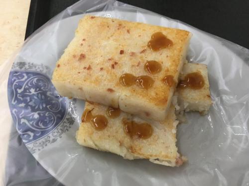 大根餅もそのまま食べても美味しいですが、テーブルに置いてあるソースを付けても味に変化があっていいですねー。<br />結構朝から若い子達が大根餅食べてます。