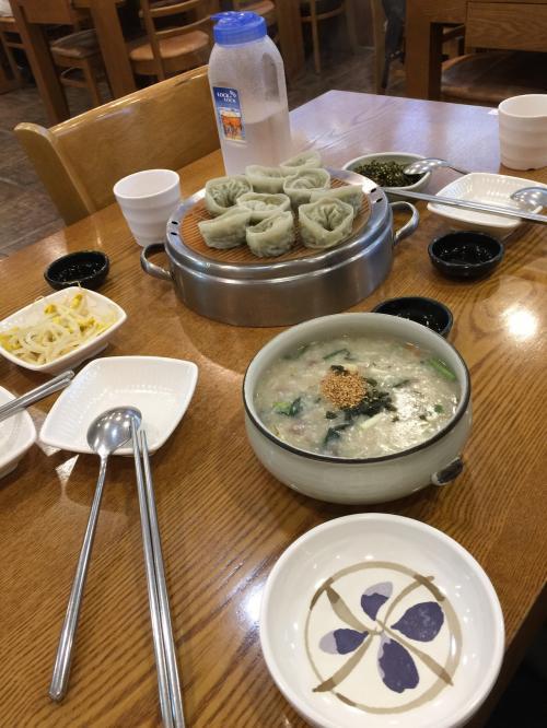 朝は「明洞栄養粥・栄養餃子」<br />3種類のお粥を注文して少しずつ頂きました。<br />かぼちゃ粥(甘くてお餅やお豆が入っている)<br />アワビ粥(あんまりアワビの味はしませんでした)<br />牛肉と野菜粥(そのまんまです)<br />キムチや韓国のりのフレーク、イカのキムチなどを入れて味を変えながら食べます。<br />餃子もついでに注文。<br />