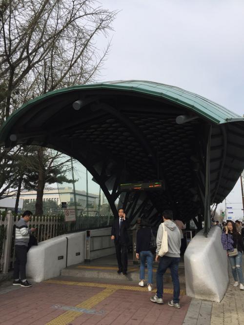 電車の中で親切な方に「国会議事堂駅」で降りたほうが近いと教えてもらい国会議事堂駅で降りました。