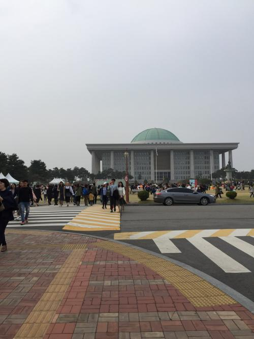 そして国会議事堂<br />人は賑わってるし駅を降りればわかるだろうって思ってたけど、<br />全然わからない。。。<br />桜まつりはどこでやってるの?